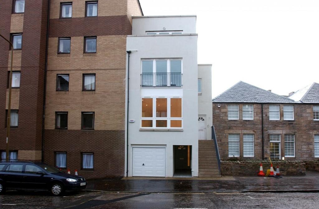 Narrow home built in gap between two buildings